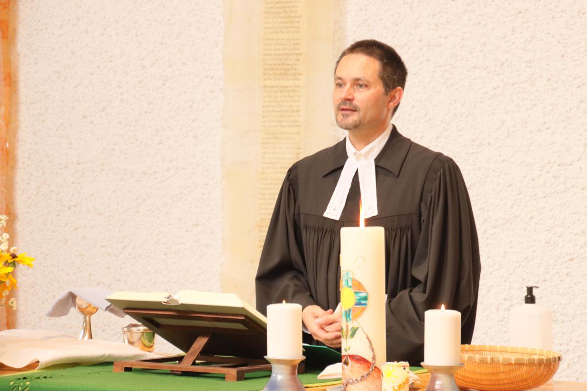 Pfarrer Gernot Mischitz in der Lukaskirche Leonding