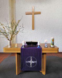 Lukaskirche Leonding Altar mit Kerzen und Kreuz